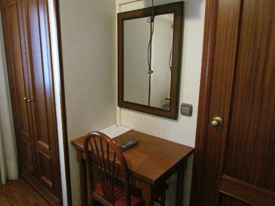 Hotel Ovetense: Puerta de acceso al baño a la derecha de la imagen, cama a la izquierda