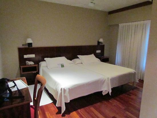 Hotel Mirador de Belvis : Vista desde la puerta de entrada con el baño a la derecha
