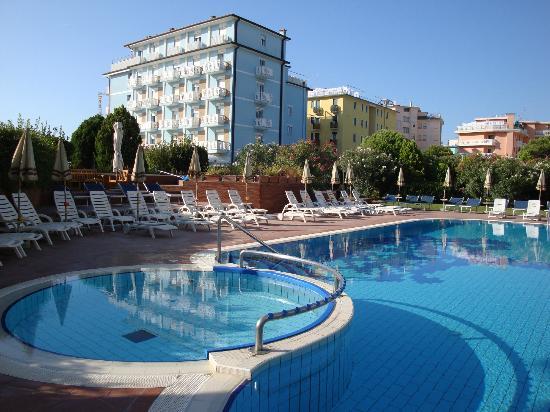 Hotel Garden Sea Caorle: das Foto ist schon 2 Jahre alt, Liegen, Schirme sind erneuert!