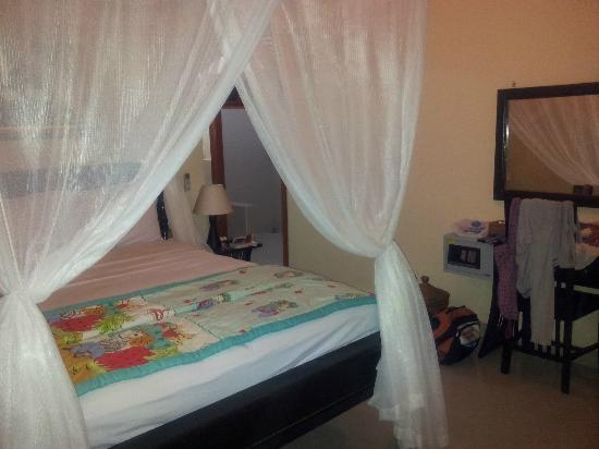 Arya Amed Beach Resort: Chambre standard petite mais suffisante.
