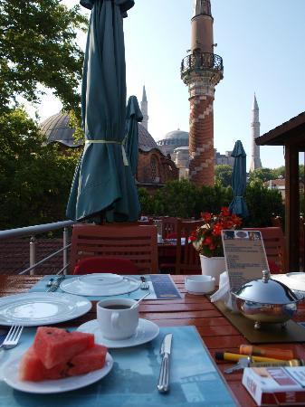 Zeynep Sultan Hotel: Frühstück auf der Terasse