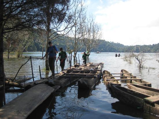 Karangsari Guest House: canoe trip (at one of the 'twin lakes')