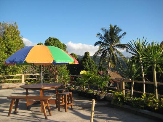 Karangsari Guest House: Karang Sari upper terrace (at street level) 