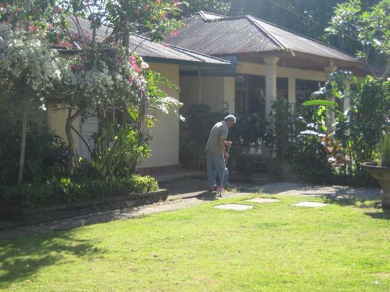 Karangsari Guest House: Mr. Nyoman in his well kept garden 