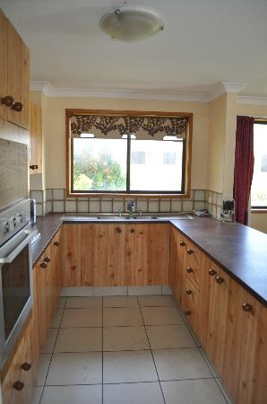 Southport Tourist Park: Kitchen with no broken handle