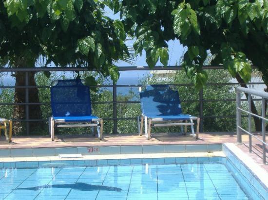 Oasis Hotel: Sun loungers