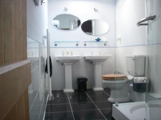 Les Deux Pignons : Bathroom in Hibou room