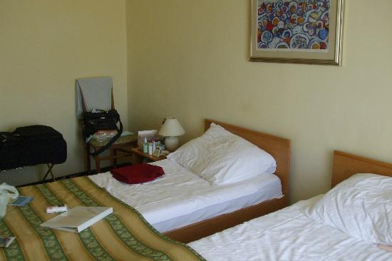Hotel Supetar: tiny bedroom for a double, very basic