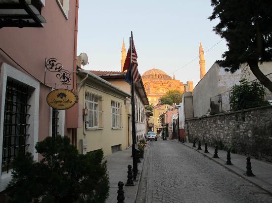 Zeynep Sultan Hotel: Das Hotel ist das linke Haus