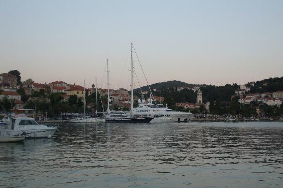 Hotel Supetar: Early morning, boats leaving the marina