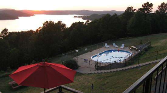 Pointe West Resort Motel: Pool with a view
