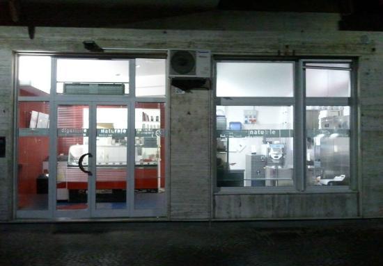 Gelateria Verona: a snistra la gelateria, a destra il laboratorio. (la foto è stata fatta dall'esterno)