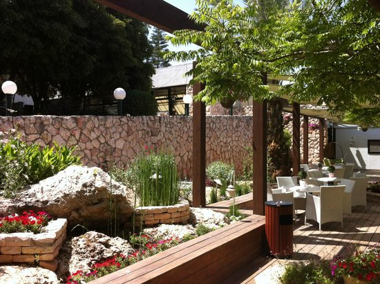 Neve Ilan Hotel: Het buitenterras