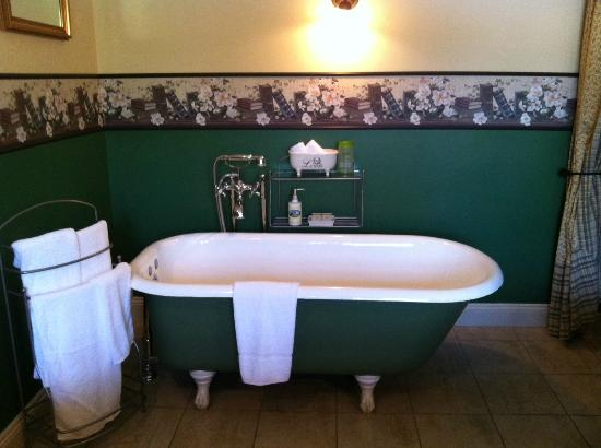 Auberge La Bastide: Our nice bath.