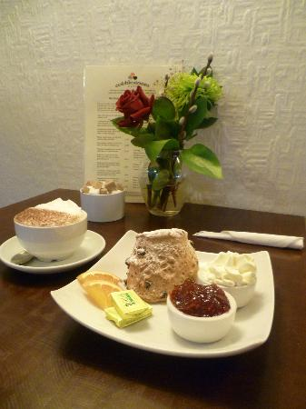 Cobblestones Cafe: Taylor's of Harrogate coffee and huge freshly baked scones, bliss!