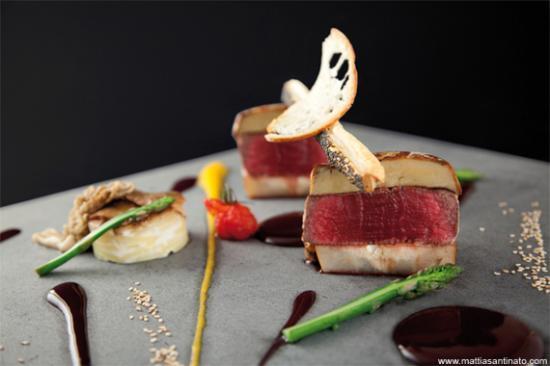 Sacile, Italy: Filetto di manzo con pepe e foie gras avvolto in rete, con patate al latte e salsa bordolese