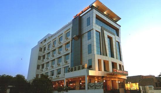 Hotel Niky International: FACADE