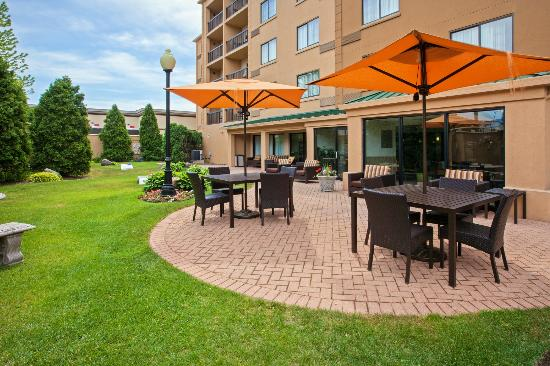 Courtyard Chicago Midway Airport: Outdoor Patio