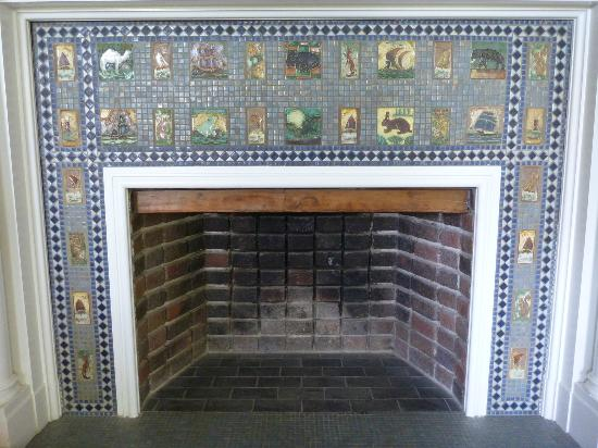 Arrow Park: Fireplace beautiful tiles