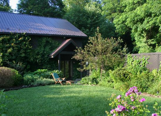 1795 Acorn Inn: Semi-private Barn Suite Garden