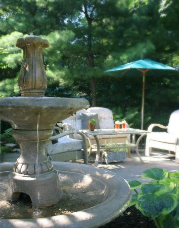 1795 Acorn Inn: Garden Fountain