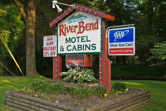 Riverbend Motel & Cabins: Hotel sign