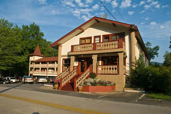 Riverbend Motel & Cabins: Front of Hotel & Parking