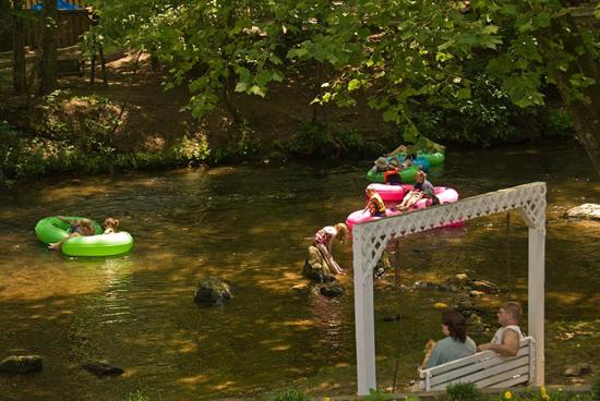 Riverbend Motel & Cabins: Swings on the Chattahoochee River
