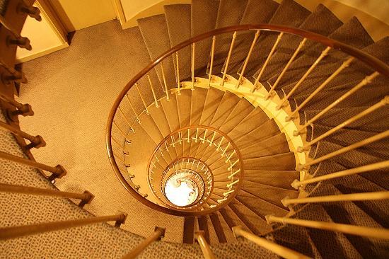 Hotel Bresil Opera: Лестница на 1й этаж (лифт есть)
