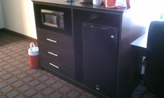 Super 8 Paducah KY : Microwave fridge and dresser all in one