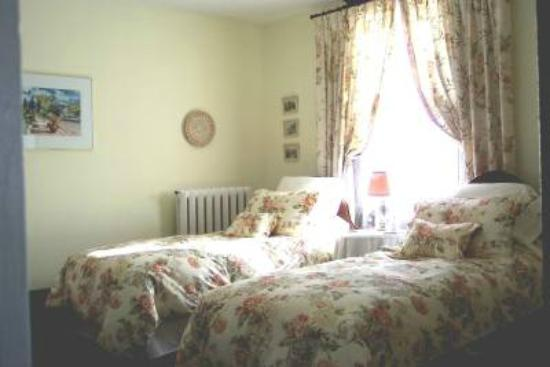 Green Woods Inn: Twin bed room (two single beds) - A third cot bed can be added