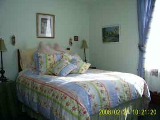 Green Woods Inn: Queen room  - fine linens