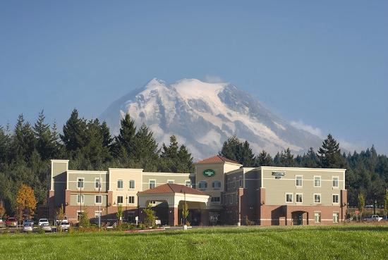 Liberty Inn DuPont: Liberty Inn with majestic Mt. Rainier