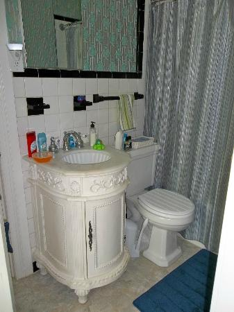 Blue Hen Bed & Breakfast: The Cassatt bathroom