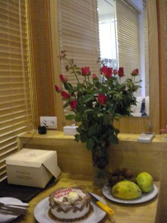Tu Linh Palace Hotel: Our room with special cake,fruits and flowers for our anniversary day