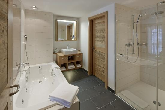Chalet Hotel Schönegg: Bath room with Jacouzzi (Juniorsuite)