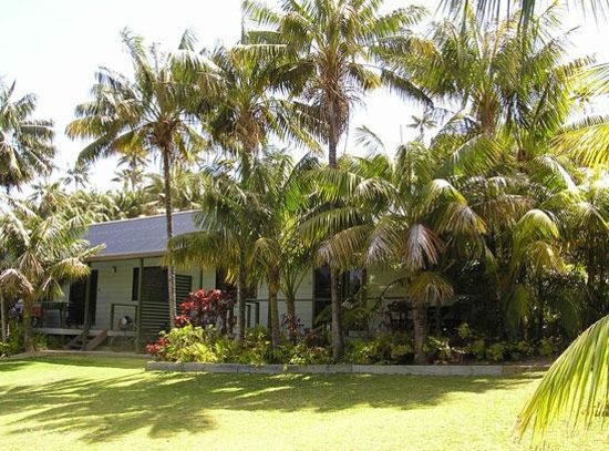 Leanda-Lei Apartments: 2 Bedroom lawn