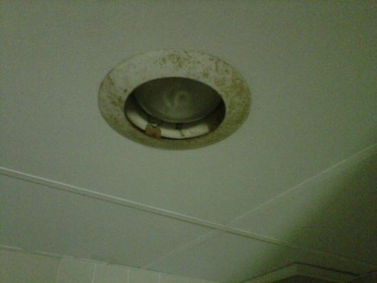 Olympia Resort: Hotel, Spa & Conference Center: Light fixture in bath, note rust and no cover over the lamp bulb