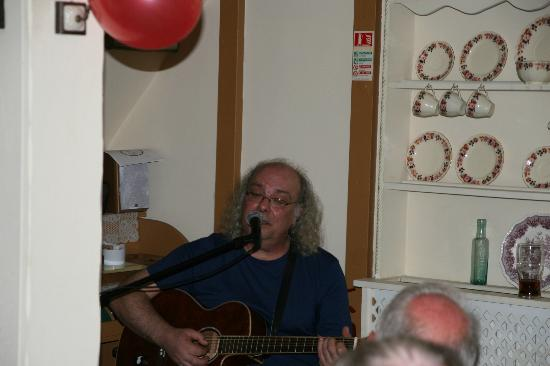 Combe Cottage Restaurant: Edgar entertains