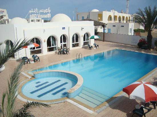 Menzel Dija: Piscine de l'hotel