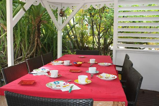 Salines Garden Cottages: Breakfast Table