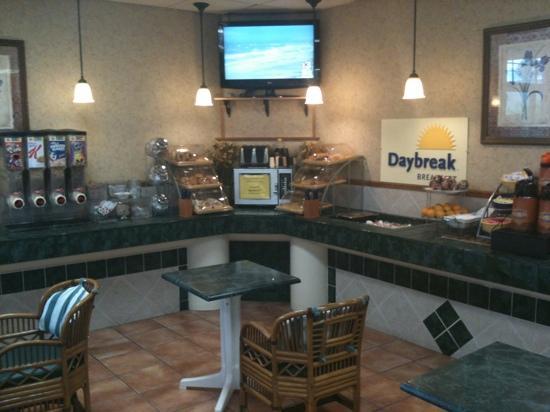 Days Inn Melbourne : breakfast bar area ! kid friendly !!