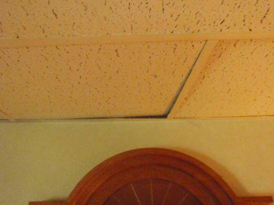 Econo Lodge: Stained and sunken in ceiling