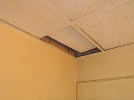 Econo Lodge: Ceiling tiles misplaced or totally missing