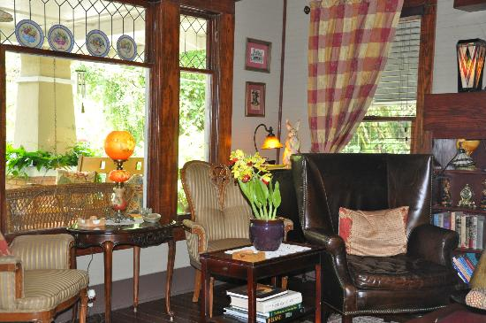 Grady House Bed and Breakfast: Sitting and reading room.