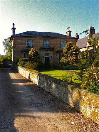 Moray Bank Bed & Breakfast: view of house, driveway and front yard