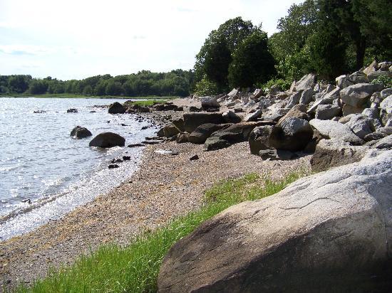 The Inn at Mount Hope Farm: Rocky beach area