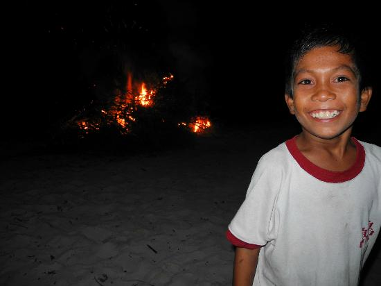 Hoga Island Dive Resort: Lagerfeuer am Strand