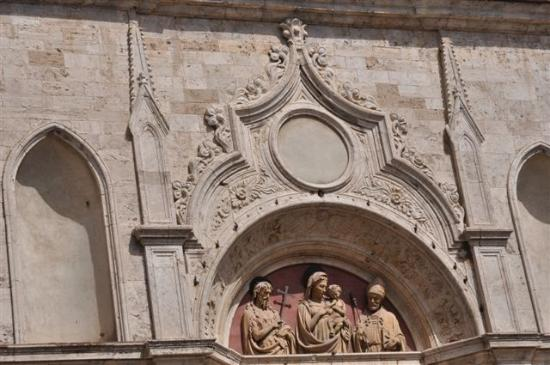"""Chiesa di Sant'Agostino: ..""""Madonna mit dem Kind"""" über dem Portal.."""