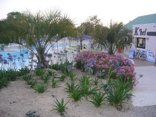 Le Cabellou Plage : le bar-restaurant pres de la piscine